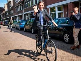 В костюм и с колело, премиерът на Холандия гласува на Евроизборите